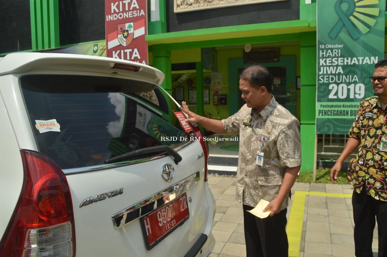 Membangun Integritas Jabatan Melalui Pemasangan  Stiker Nek Aku Korupsi, Aku Ora Slamet Pada Mobil Dinas